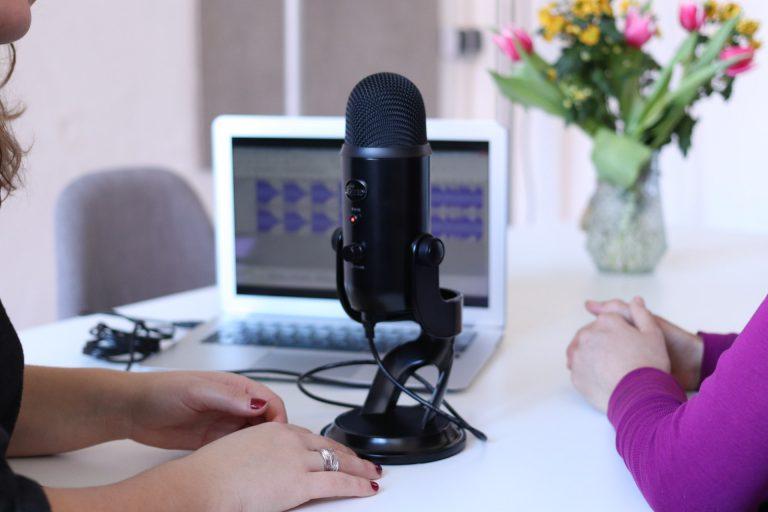 podcast maken: microfoon, computer, gasten, actie!