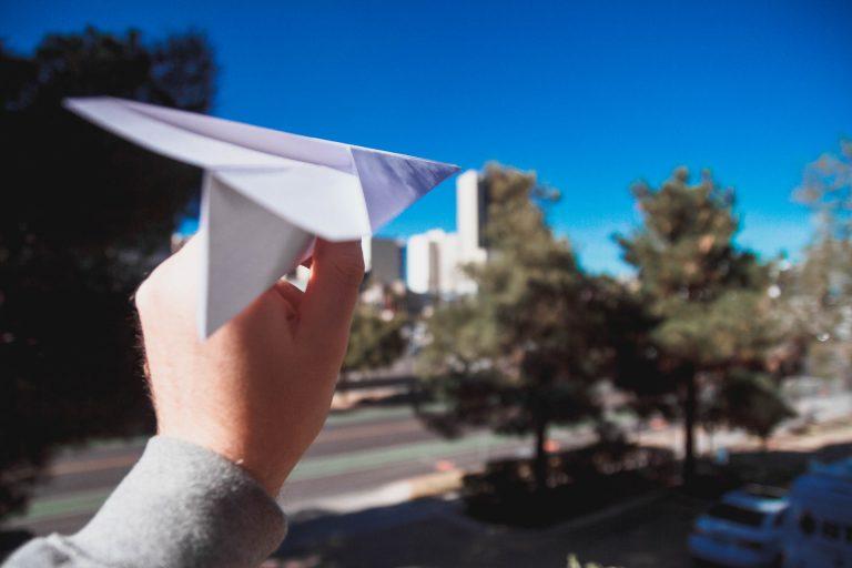 papieren vliegtuigjes vouwen